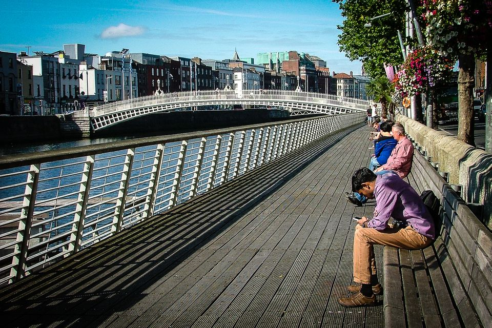 dublin-liffey-boardwalk-hapenny-bridge-58454e403df78c0230b82f8b